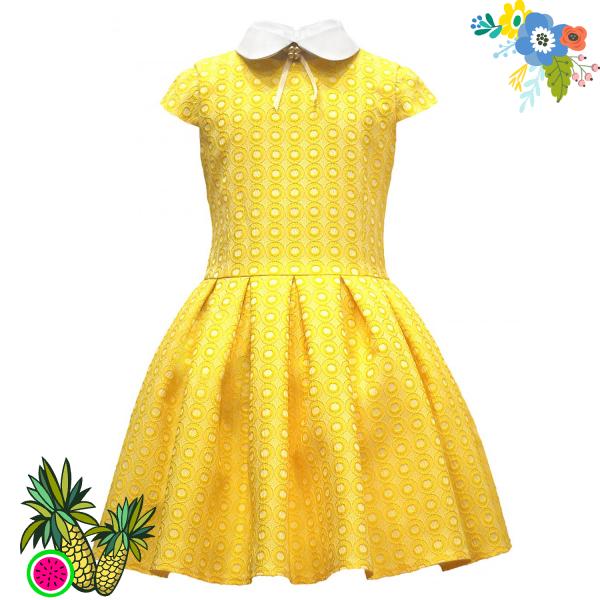 Платье жёлтое с белым воротничком.